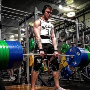 Athlet hebt 200 kg im Unifit Bochum mit sicherer Technik