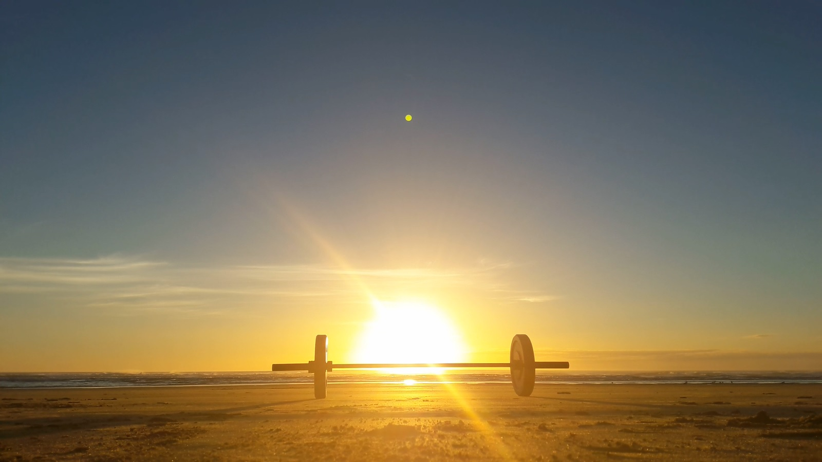 Romantisches Bild einer Hantel im Sonnenuntergang
